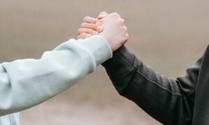 Das Bild zeigt zwei Menschen, welche sich die Hände reichen. Es steht als Metapher für das Corona Impfangebot in der Praxis für Familiengesundheit in Essen. MVZ für Innere Medizin, Endokrinologie, Diabetologie und Kinder- und Jugendpsychiatrie und -psychotherapie - KJP & Hausärzte