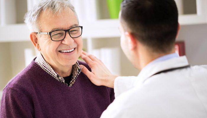 Das Bild zeigt einen lachenden Patienten mit einem Arzt / Mediziner. Es ist eine Metapher für das Angebot der Inneren Medizin / der hausärztlichen Betreuung in der Praxis für Familiengesundheit in Essen. MVZ für Innere Medizin, Endokrinologie, Diabetologie und Kinder- und Jugendpsychiatrie und -psychotherapie - KJP & Hausärzte Essen